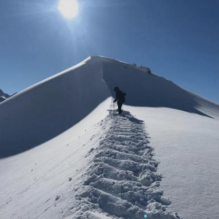 kind op de top van de berg
